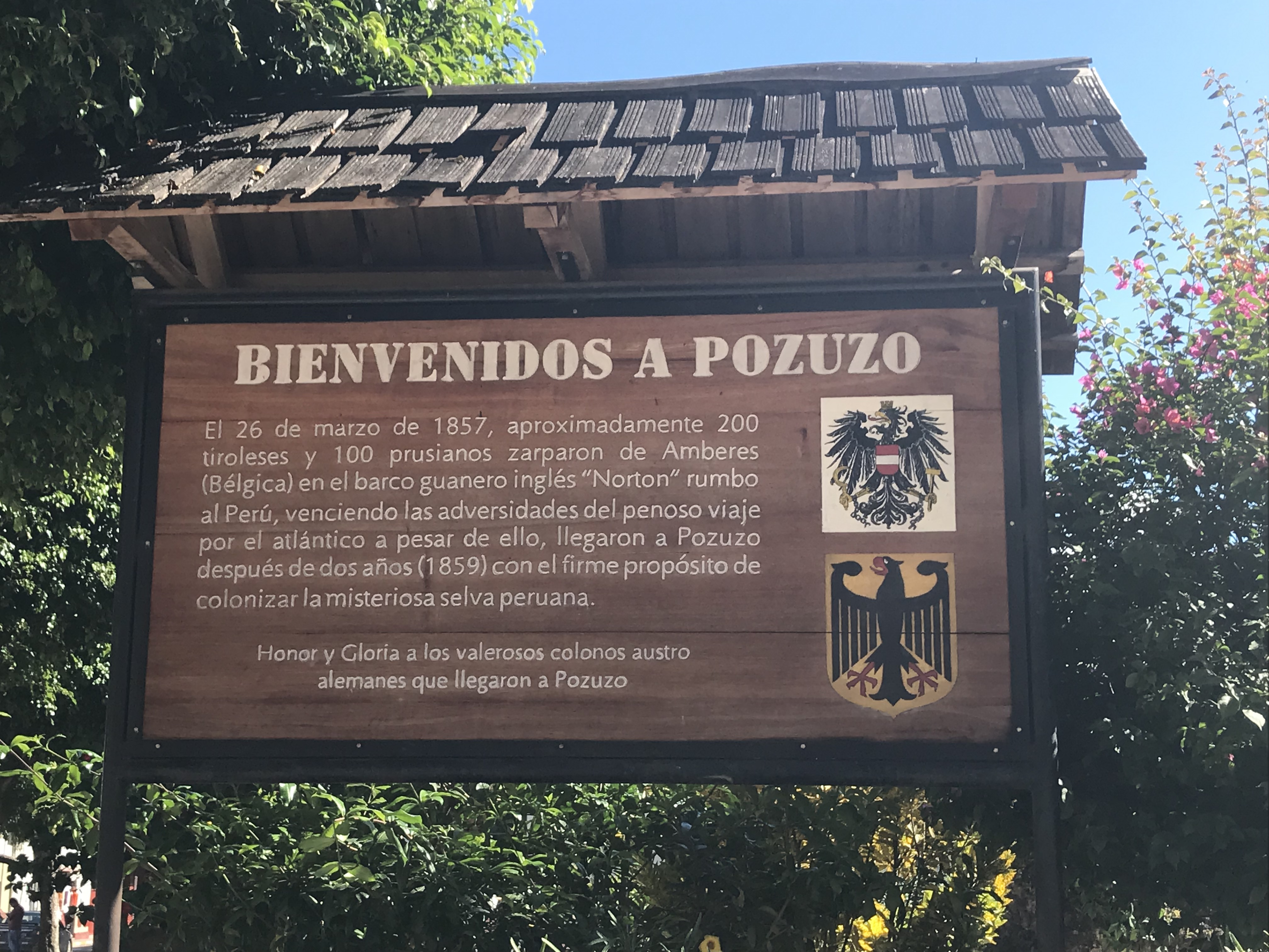 Schild am Ortseingang von Pozuzo in Peru